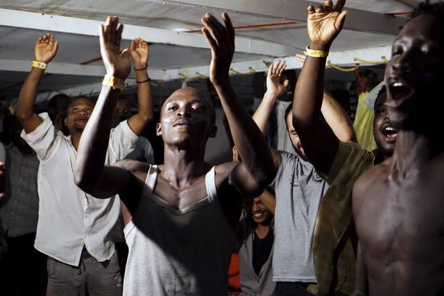 5 nước EU nhất trí tiếp nhận người di cư trên tàu cứu hộ Open Arms - Ảnh 1.
