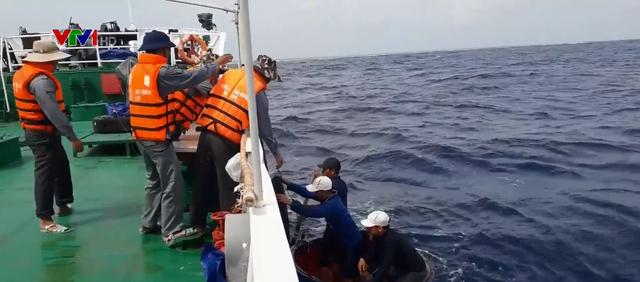 Cứu tàu cá bị nạn về đảo Sơn Ca an toàn - Ảnh 1.