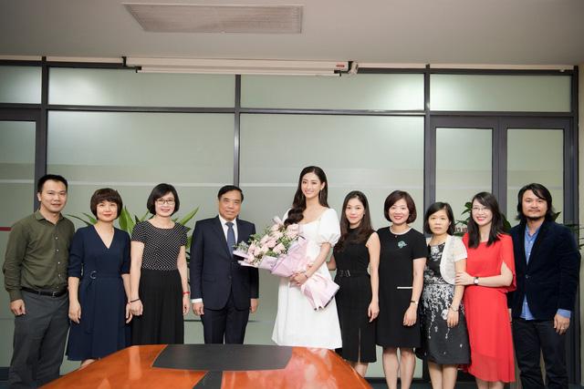 Hoa hậu Lương Thùy Linh trở về ĐH Ngoại thương sau đăng quang - Ảnh 3.