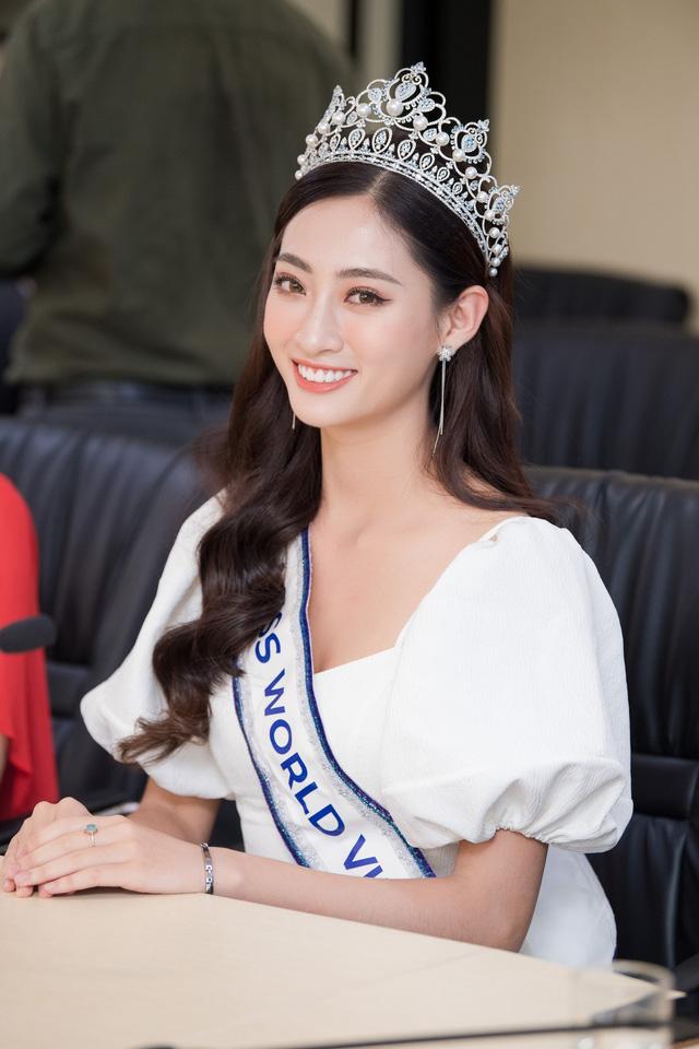 Hoa hậu Lương Thùy Linh trở về ĐH Ngoại thương sau đăng quang - Ảnh 4.