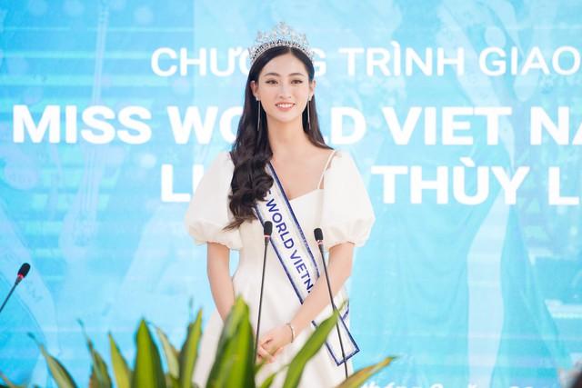 Hoa hậu Lương Thùy Linh trở về ĐH Ngoại thương sau đăng quang - Ảnh 2.