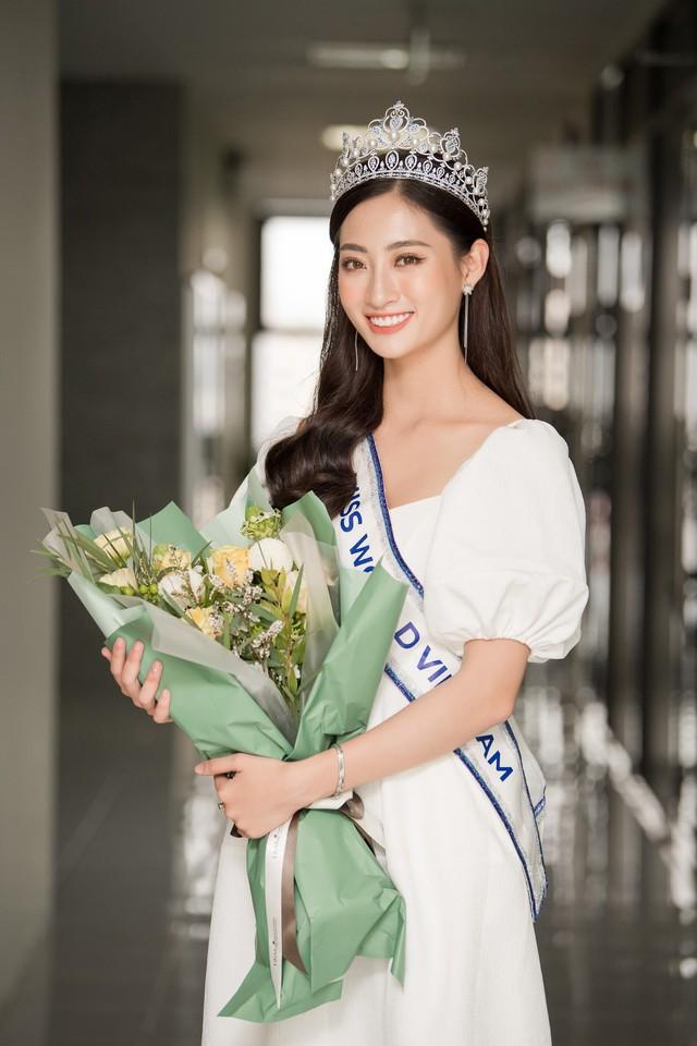 Hoa hậu Lương Thùy Linh trở về ĐH Ngoại thương sau đăng quang - Ảnh 5.