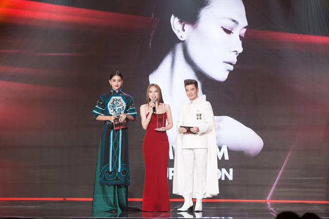 Tiểu Vy diện trang phục lạ mắt cùng Mr Đàm trao giải cho Mỹ Tâm - Ảnh 2.