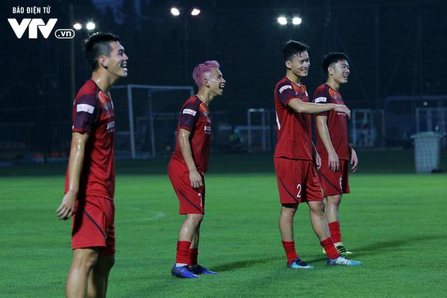 ẢNH: ĐT Việt Nam tươi cười thoải mái trong buổi tập đầu tiên chuẩn bị cho trận gặp ĐT Thái Lan - Ảnh 7.