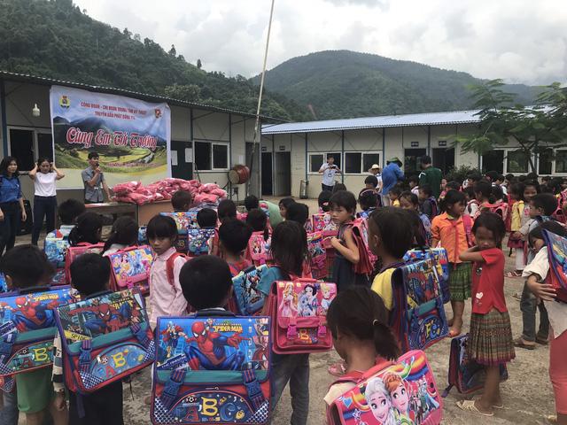 Trung tâm Kỹ thuật Truyền dẫn phát sóng - Đài THVN tặng quà đầu năm học cho học sinh vùng cao - Ảnh 6.