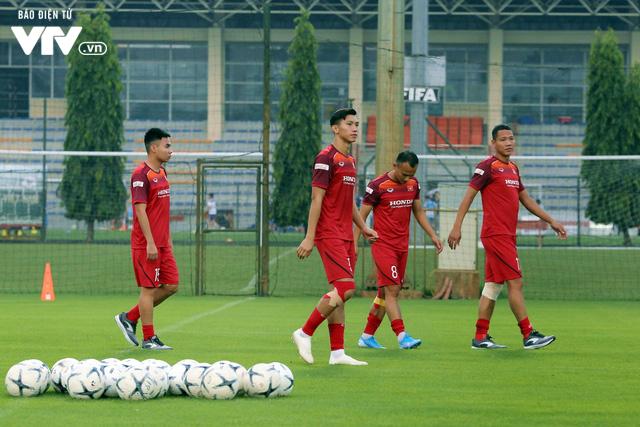 ẢNH: ĐT Việt Nam tươi cười thoải mái trong buổi tập đầu tiên chuẩn bị cho trận gặp ĐT Thái Lan - Ảnh 5.