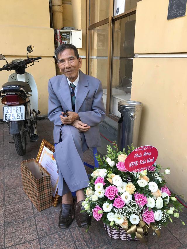 Nghệ sĩ Trần Hạnh xúc động nhận danh hiệu Nghệ sĩ nhân dân - Ảnh 2.