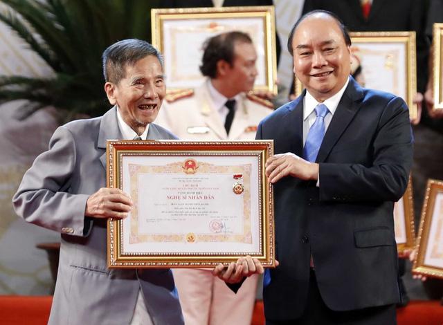 Nghệ sĩ Trần Hạnh xúc động nhận danh hiệu Nghệ sĩ nhân dân - Ảnh 1.