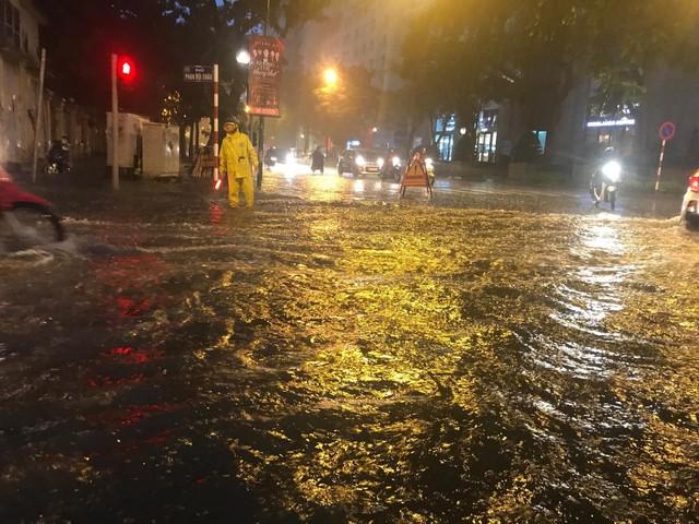 Mưa lớn chiều tối 31/8, nhiều tuyến phố ở Hà Nội ngập úng - Ảnh 4.