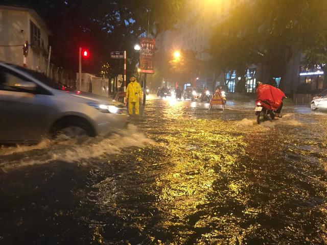 Mưa lớn chiều tối 31/8, nhiều tuyến phố ở Hà Nội ngập úng - Ảnh 3.