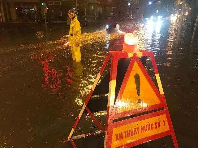 Mưa lớn chiều tối 31/8, nhiều tuyến phố ở Hà Nội ngập úng - Ảnh 2.