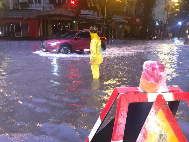 Mưa lớn chiều tối 31/8, nhiều tuyến phố ở Hà Nội ngập úng - Ảnh 1.