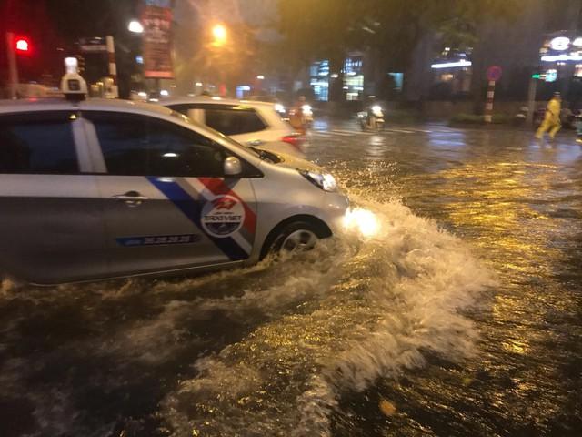 Mưa lớn chiều tối 31/8, nhiều tuyến phố ở Hà Nội ngập úng - Ảnh 10.