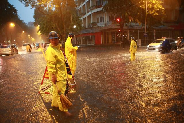 Mưa lớn chiều tối 31/8, nhiều tuyến phố ở Hà Nội ngập úng - Ảnh 9.