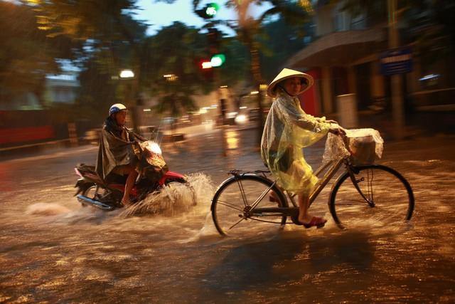 Mưa lớn chiều tối 31/8, nhiều tuyến phố ở Hà Nội ngập úng - Ảnh 8.