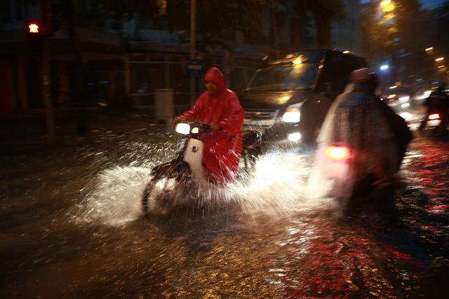 Mưa lớn chiều tối 31/8, nhiều tuyến phố ở Hà Nội ngập úng - Ảnh 7.