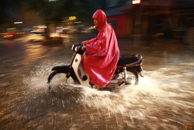 Mưa lớn chiều tối 31/8, nhiều tuyến phố ở Hà Nội ngập úng - Ảnh 6.