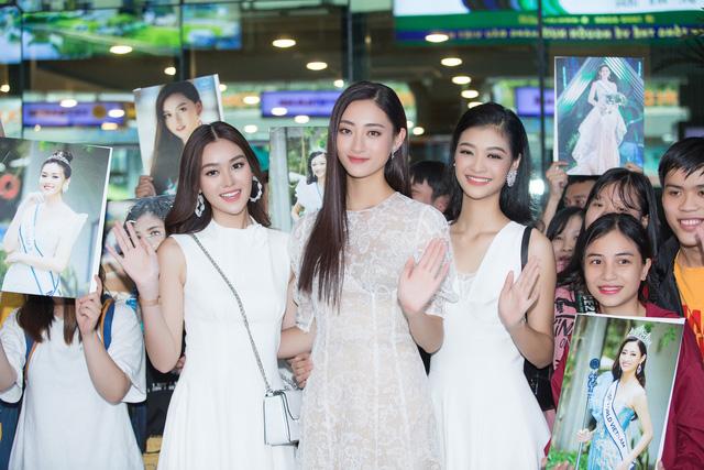 Hoa hậu Lương Thùy Linh và 2 Á hậu gây náo loạn tại sân bay - Ảnh 1.