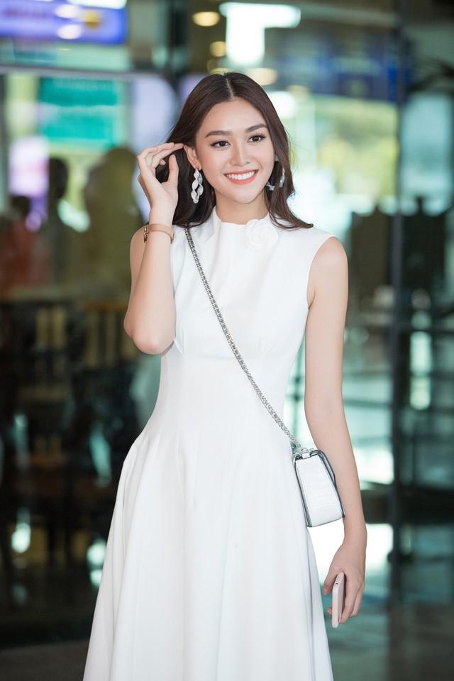 Hoa hậu Lương Thùy Linh và 2 Á hậu gây náo loạn tại sân bay - Ảnh 3.