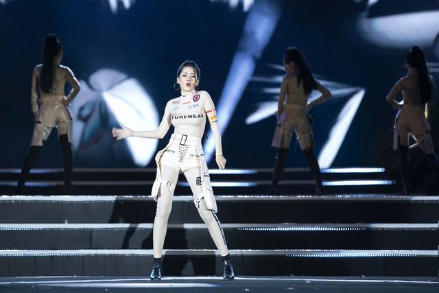 Chi Pu mang ca khúc mới nhất Em nói anh rồi đến Chung kết Miss World Vietnam 2019 - Ảnh 4.