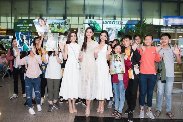 Hoa hậu Lương Thùy Linh và 2 Á hậu gây náo loạn tại sân bay - Ảnh 13.