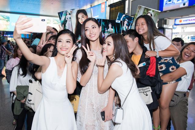 Hoa hậu Lương Thùy Linh và 2 Á hậu gây náo loạn tại sân bay - Ảnh 14.