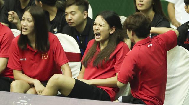 VTV Cup 2019: Thua cá cược, Thu Hoài nhận hình phạt đau điếng từ đồng đội - Ảnh 3.