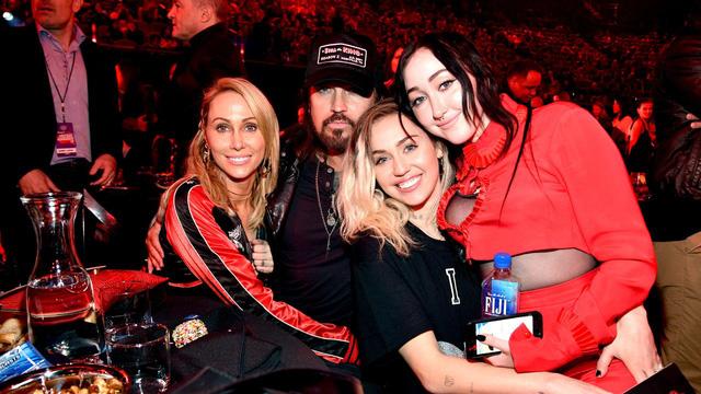 Noah Cyrus: Đi tìm sự công nhận, thoát khỏi cái bóng của chị gái Miley Cyrus - Ảnh 1.