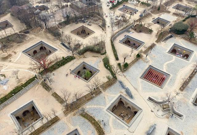 Ngôi làng cổ với những ngôi nhà nằm sâu dưới lòng đất thu hút khách tham quan - Ảnh 1.