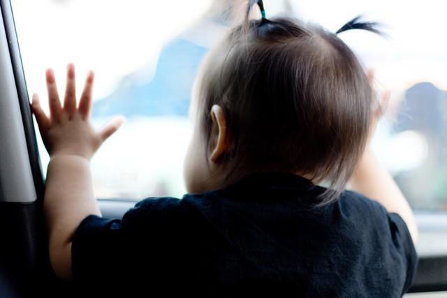 Trẻ bị bỏ quên trong xe ô tô có thể chết vì sốc nhiệt - Ảnh 1.