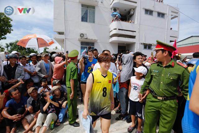ĐT Việt Nam choáng ngợp trước sự tiếp đón của người dân huyện Quế Sơn, tỉnh Quảng Nam - Ảnh 2.