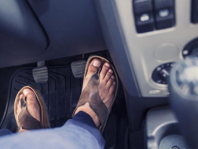 Choáng váng với những quy tắc lái xe kỳ lạ nhất thế giới - ảnh 1