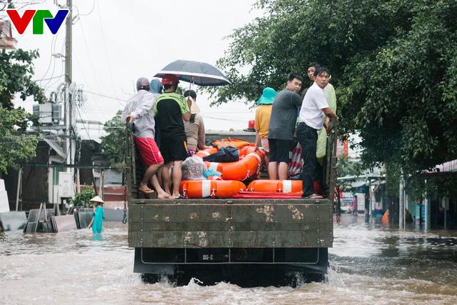 Chùm ảnh: Đảo Phú Quốc ngập sâu sau mưa lớn, người dân đi lại bằng bè tự chế - Ảnh 17.