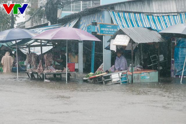 Chùm ảnh: Đảo Phú Quốc ngập sâu sau mưa lớn, người dân đi lại bằng bè tự chế - Ảnh 18.