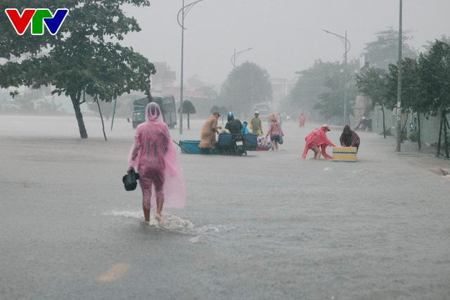 Chùm ảnh: Đảo Phú Quốc ngập sâu sau mưa lớn, người dân đi lại bằng bè tự chế - Ảnh 19.