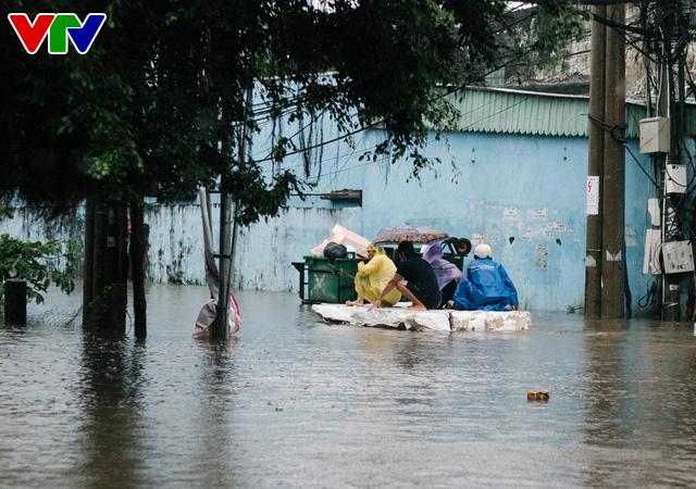 Chùm ảnh: Đảo Phú Quốc ngập sâu sau mưa lớn, người dân đi lại bằng bè tự chế - Ảnh 15.