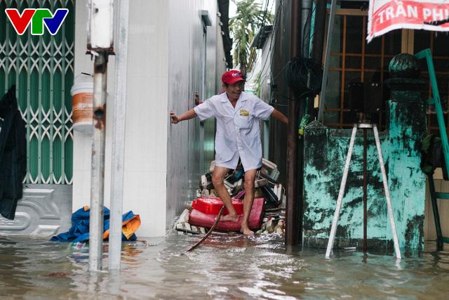 Chùm ảnh: Đảo Phú Quốc ngập sâu sau mưa lớn, người dân đi lại bằng bè tự chế - Ảnh 14.