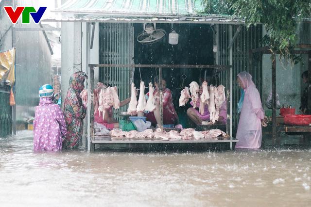 Chùm ảnh: Đảo Phú Quốc ngập sâu sau mưa lớn, người dân đi lại bằng bè tự chế - Ảnh 13.