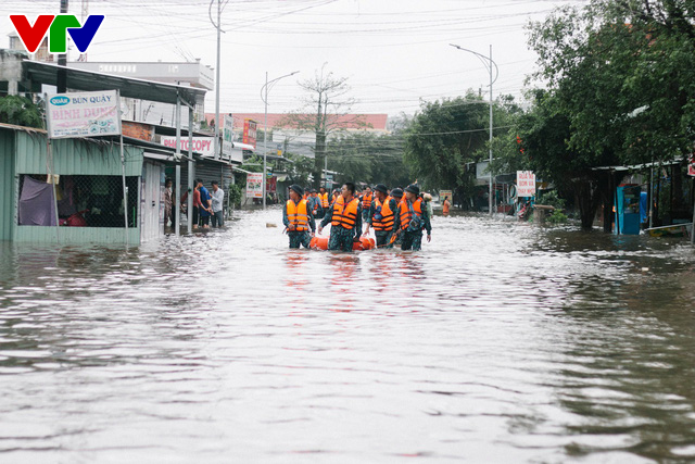 Chùm ảnh: Đảo Phú Quốc ngập sâu sau mưa lớn, người dân đi lại bằng bè tự chế - Ảnh 12.