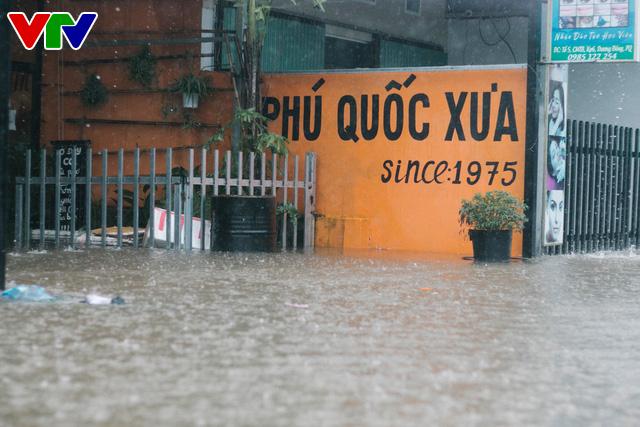 Chùm ảnh: Đảo Phú Quốc ngập sâu sau mưa lớn, người dân đi lại bằng bè tự chế - Ảnh 11.