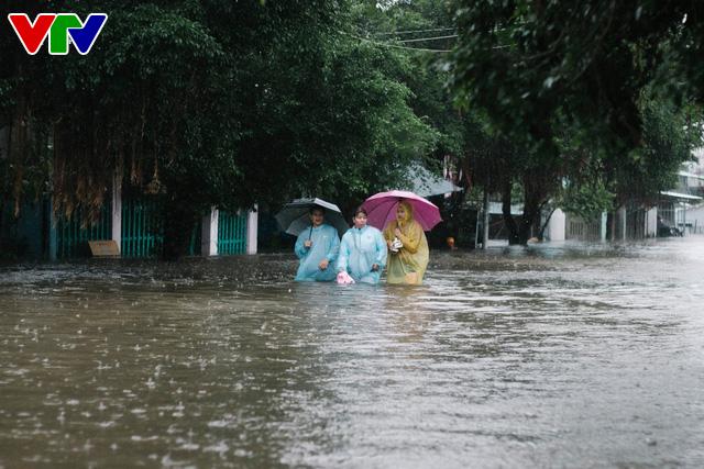 Chùm ảnh: Đảo Phú Quốc ngập sâu sau mưa lớn, người dân đi lại bằng bè tự chế - Ảnh 10.