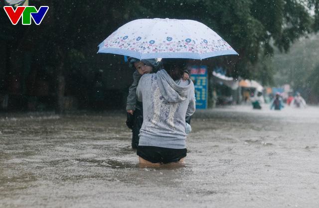 Chùm ảnh: Đảo Phú Quốc ngập sâu sau mưa lớn, người dân đi lại bằng bè tự chế - Ảnh 9.