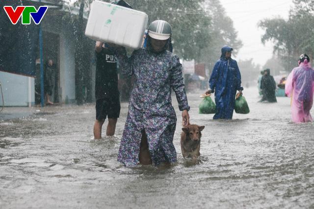 Chùm ảnh: Đảo Phú Quốc ngập sâu sau mưa lớn, người dân đi lại bằng bè tự chế - Ảnh 8.