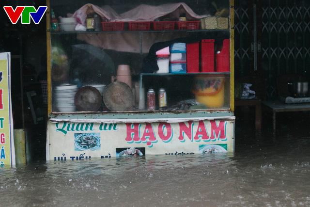 Chùm ảnh: Đảo Phú Quốc ngập sâu sau mưa lớn, người dân đi lại bằng bè tự chế - Ảnh 6.