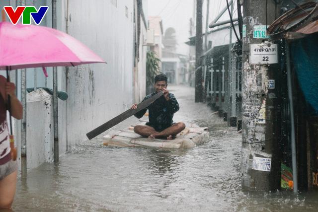 Chùm ảnh: Đảo Phú Quốc ngập sâu sau mưa lớn, người dân đi lại bằng bè tự chế - Ảnh 5.