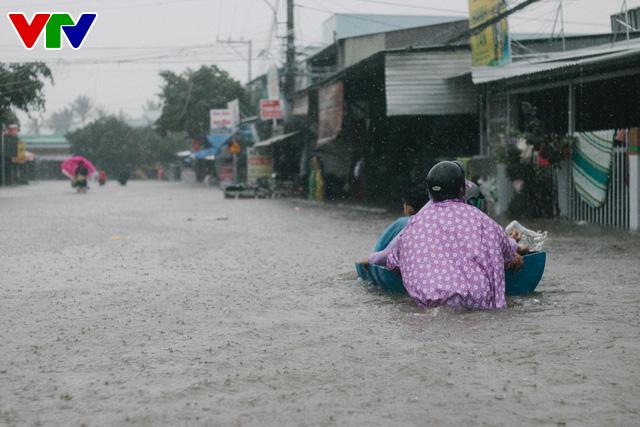 Chùm ảnh: Đảo Phú Quốc ngập sâu sau mưa lớn, người dân đi lại bằng bè tự chế - Ảnh 4.