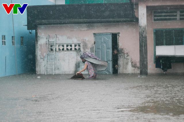 Chùm ảnh: Đảo Phú Quốc ngập sâu sau mưa lớn, người dân đi lại bằng bè tự chế - Ảnh 3.