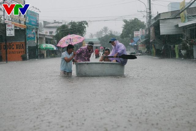 Chùm ảnh: Đảo Phú Quốc ngập sâu sau mưa lớn, người dân đi lại bằng bè tự chế - Ảnh 2.