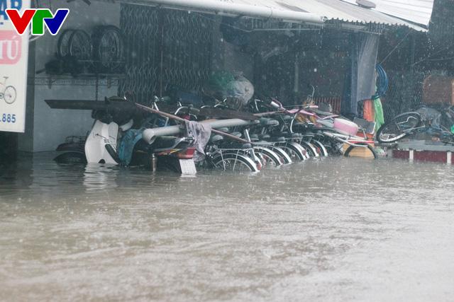 Chùm ảnh: Đảo Phú Quốc ngập sâu sau mưa lớn, người dân đi lại bằng bè tự chế - Ảnh 1.