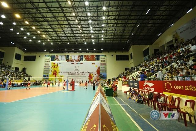VTV Cup 2019: Bất chấp mưa lớn, người hâm mộ vẫn lấp kín nhà thi đấu tỉnh Quảng Nam - Ảnh 6.